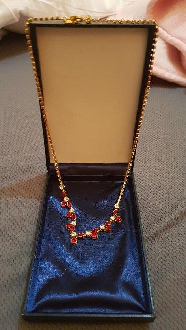 Coca cola - Zagubica: Elegantna ogrlica boje žutog zlata, sa prelepim crvenim kamenjem