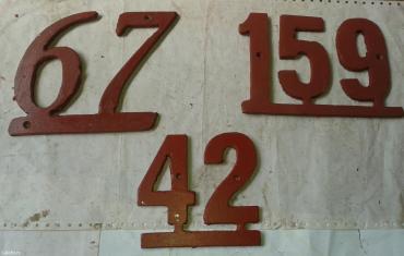 Prodajem  metalne brojeve za kuću sa slike, brojevi su vezani kao na - Nova Pazova