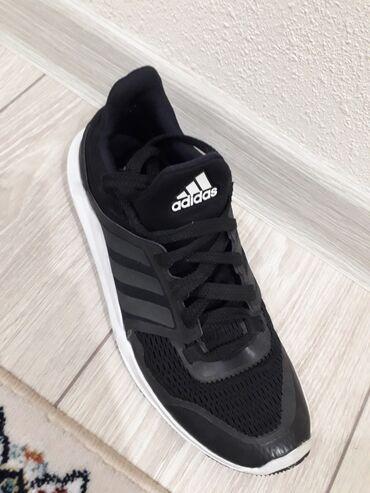 спортивная обувь в Кыргызстан: Фирменные кроссовки Adidas 43р в отличном состоянии. Цена