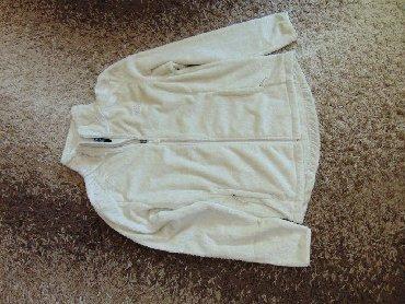 Ova udobna jakna je sa opuštenim fitom idealan izbor za ležerne