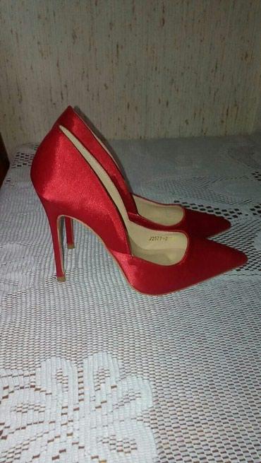 Nove crvene cipele. Naznacen je br 35,ali su malo vece,mozda za pola - Pozarevac