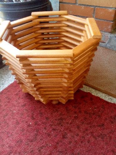 Kuća i bašta - Knjazevac: PODNA ŽARDINJERA 2Prodajem podnu žardinjeru za cveće, lakiranu u braon