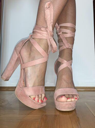 Roze sandale, nosene