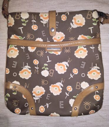 Benetton cvrsca torbica, preslatka, cvetna. Poznaju se znaci
