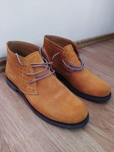 Tanke farmerice - Srbija: Kožne tamno oker (žute) duboke cipele (br.38). Prodajem duboke antilop