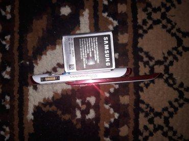 нету задней крышки. И с боку маленькой пластмассы. телефон работает на в Баку
