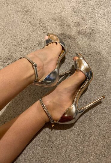 Ženska obuća | Indija: ***SIMMI LONDON srebrne, 39***Nosene par puta, kao nove. Prelepo stoje