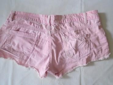 Roze pamuk - Srbija: Nošen od kao izbledelog roze teksasa, ispao je jedan biserčić koji se