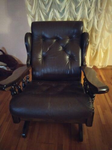 Drveni nameštaj od kože,dva troseda,dve fotelje i jedna ljuljaška