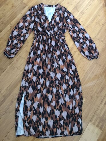 Zenska haljina univerzalna velicina. Haljina je nova. Nikada nije nose