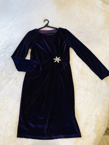 Продам платье из королевского бархата. В хорошем состоянии. Одевали