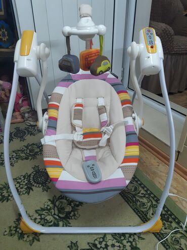 Детский мир - Пригородное: Продам детский шезлонг, электро качели 2,3месяца пользовались,почти