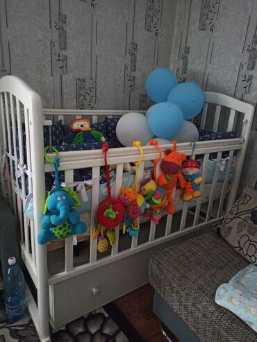 бу детские кроватки в Кыргызстан: Продаю детскую кроватку с матрасом и боковыми подушками. Новая. Малыш