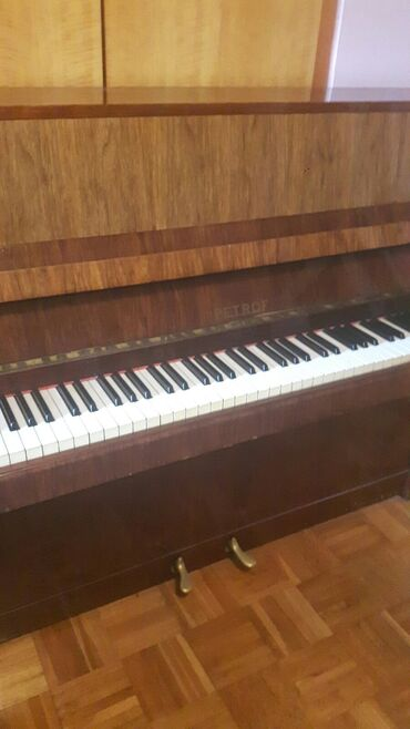 Klavir - Srbija: Petrof klavir. Izuzetno ocuvan što se vidi na slikama. 2 pedale