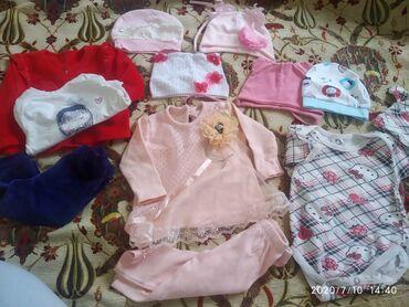 Одежда для девочки размер с рождения до 4 месяцев шапки разные состоян