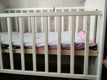 Детская мебель - Цвет: Белый - Бишкек: Кровать,внизу есть шкафчики,собрать нужно,маятник также имеется,район