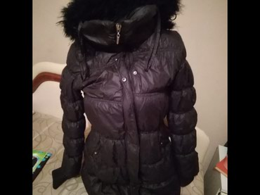 Crna zimska jakna L vel.Sa krznom unutra i na kapuljaci.Imam i kais uz - Boljevac