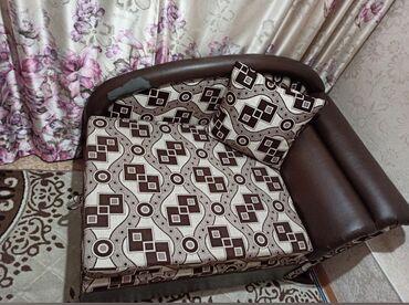 Мебель - Кыргызстан: Продаю кресло-кровать. имеется дефект на боковой спинке. В сложенном