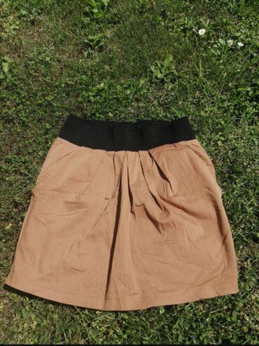 Vero moda suknjica, ima lastis u gornjem delu, tako da moze odgovarati