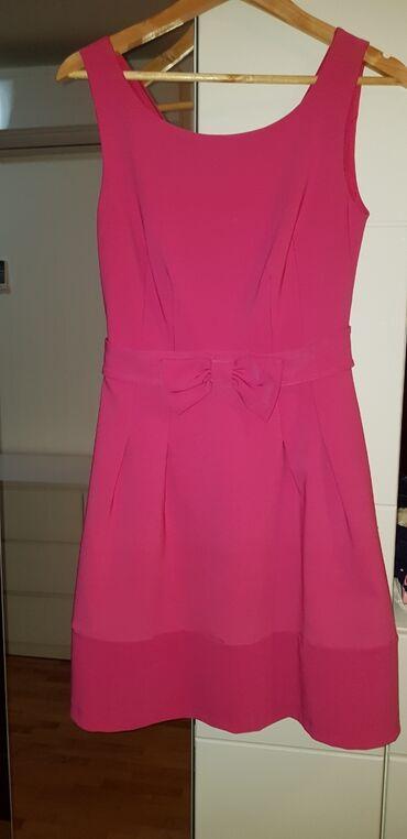 Roze haljina A kroja. Ima postavu kao i til ispod suknje pa suknja