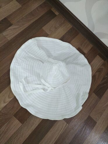 Шляпа белая легко сворачивается очень удобно в чемодан отдам за 300 со