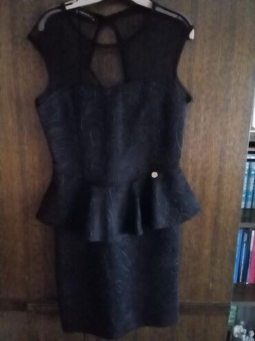 Mala crna haljina,sa delom od prozirnog tila.Materijal sa perfektno