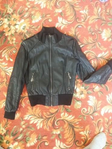 Куртки - Кок-Ой: Продаю кож.куртку утеплённая в отличном состоянии за 700 сом.сумка в