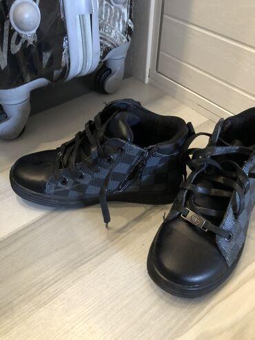 Детская обувь на мальчика 32 размер почти новая