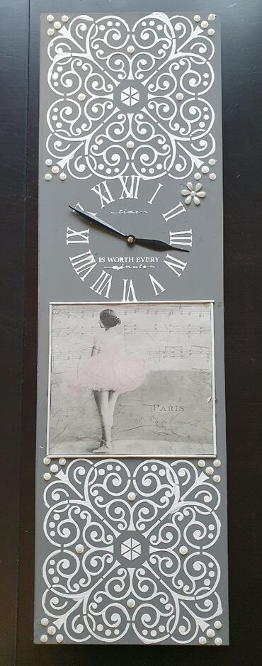 Zidni sat dimenzija 20x65 cm. Sat je nekoriscen sa novim besumnim