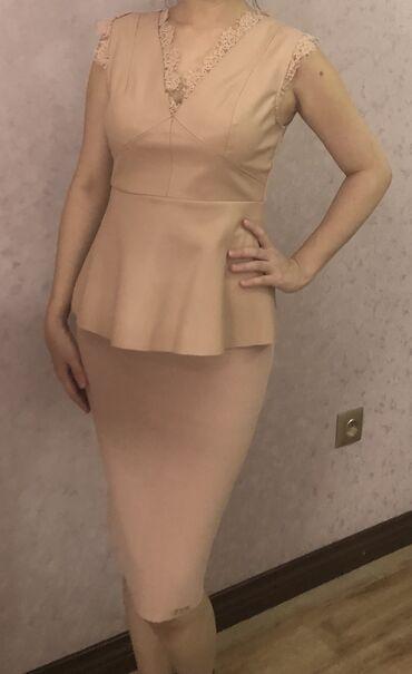 Красивый костюм цвета пудры, юбка трикотаж, вверх комбинированная с