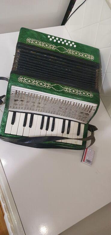 qarmon satilir в Азербайджан: 2 oktavalı qarmon satılır, hər bir notu və akkordu işləkdir, istifadə