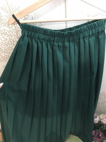 H-m-zelena-kosulja-sa-kristalnim-detaljbroj - Srbija: Zelena suknja sa karnerima