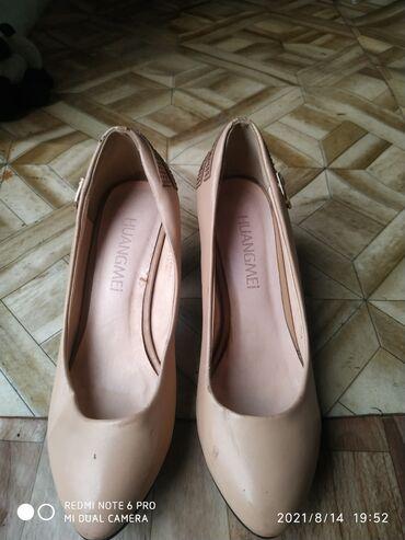 Отдам 3 пары обуви за 1 л масло.состояний как на фото .размер36-37