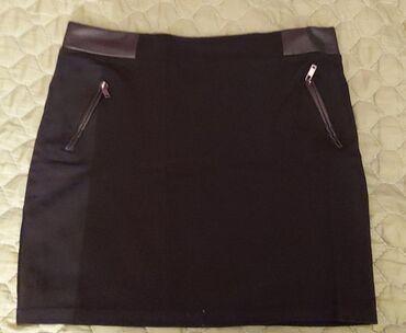 Crna suknja sa koznim detaljima. Velicina 31