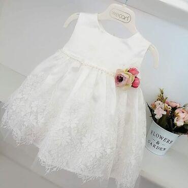 Prelepa satenska bela haljinica sa svetlucavim cvetnim tilom. Na