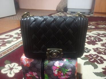 Личные вещи - Ала-Тоо: Женская сумочка маленькая состояние хорошее За 300 сом отдам