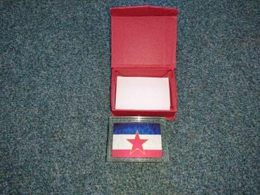 Sfrj novac - Srbija: Zastava SFRJ u staklu plus kutija. Dimenzija stakla sa zastavom je 8cm