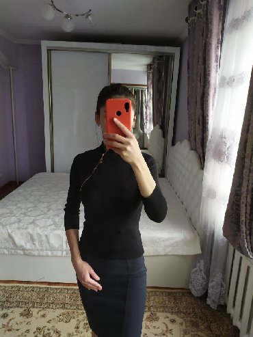 трикотажная рубашка в Кыргызстан: Трикотажная кофта с рабочим замком спереди. Размер s/xs. Цена 200 сом