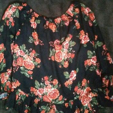 HM prelepa crna bluza sa cvetnim motivom, pazuh 47, duzina 57 cm. U - Ruma