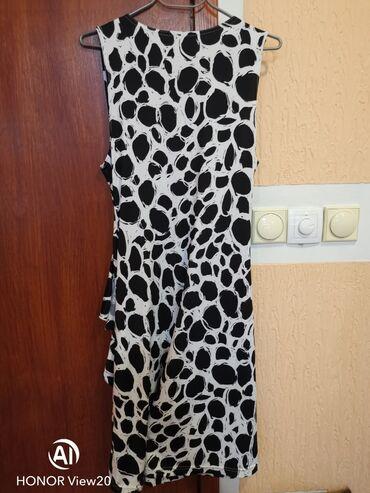 Prelepa, kao nova haljina sa puno elastina. Jako zanimljivog kroja i