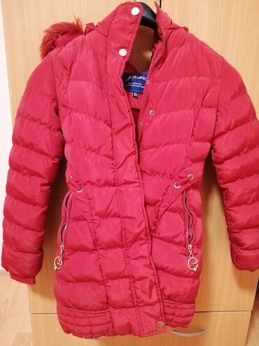 "Crvena jakna velicina od 140 do 155 na rukave se moze zakaciti ""pufne"""
