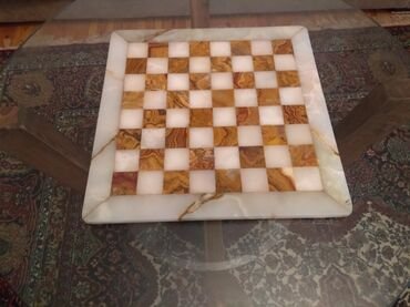 Шахматы - Азербайджан: Şahmat . Mərmər və Oniksdən hazırlanmış əl işi. İtaliya malıdır