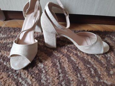 "Sandale krem boje, velur (izvrnuta ""koža""), nove, ali prodajem ih zbog"
