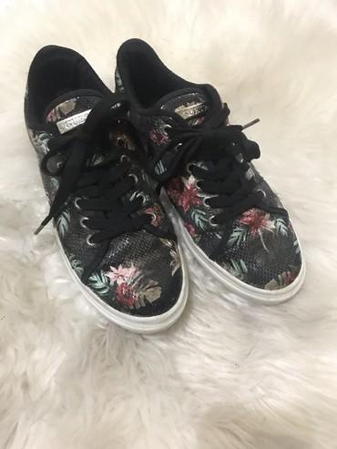 Ženska patike i atletske cipele   Sremska Mitrovica: Guess patike crne sa cvetnim printom, broj 36, nosene su jedno vreme