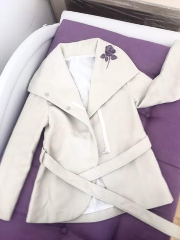 Boja krem sako - Srbija: Kaput krem boje sa ljubicastom ružom Veličine S