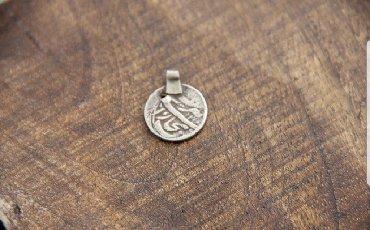 старинную монету в Кыргызстан: Древняя серебряная танга Бухара - монета - подвеска. Размер: Длина с