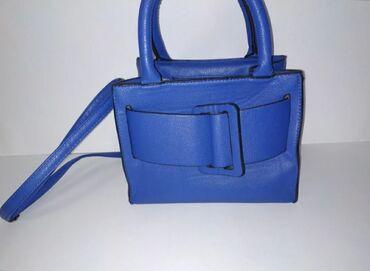 Тёмно синяя сумка с съёмным ремешком. Покупала в Казани