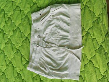 Bela suknja je iz teranove i ima rupicu malu na dzepu sve odgovaraju