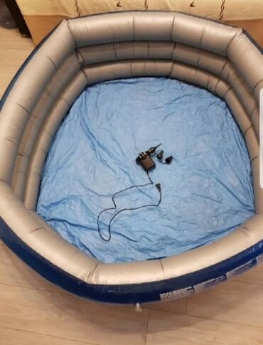 Надувной бассейн, в хорошем состоянии, размеры 1.5 на 40см с насосом