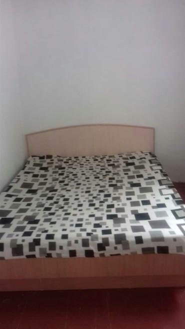 Двухспальная кровать вместе с мотрасом в хорошем состоянии в Бишкек